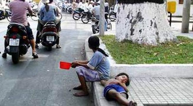 Dùng trẻ em dàn cảnh lừa tiền…trên phố Sài Gòn