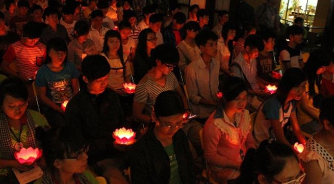 Hàng ngàn sĩ tử tới chùa nguyện cầu trước ngày thi