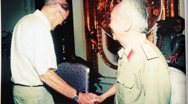 Chuyện 2 trung tá Mỹ quỳ dưới ảnh Tướng Giáp