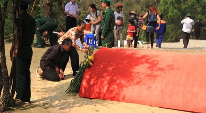 Dân Quảng Bình về thắp hương trên mộ tướng Giáp