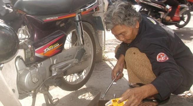 """Cụ bà 79 tuổi """"múa gậy"""" điều tiết giao thông"""