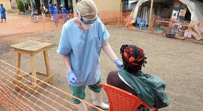 Nhân viên y tế của WHO bị nhiễm Ebola