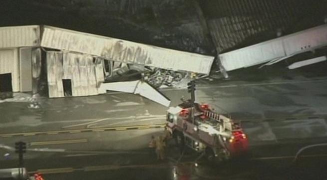 Kinh hoàng phi cơ đâm sập nhà chứa máy bay, không ai sống sót