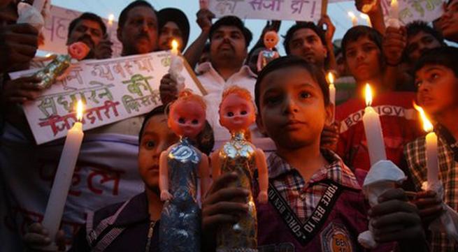 Bé 15 tháng tuổi bị cưỡng hiếp ở Ấn Độ