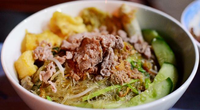 Miến trộn cua đông khách phố Phùng Hưng