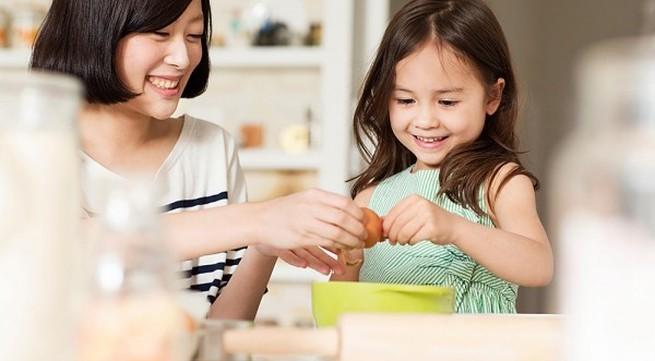 Những việc nhà mẹ nên giao cho bé 2-4 tuổi làm