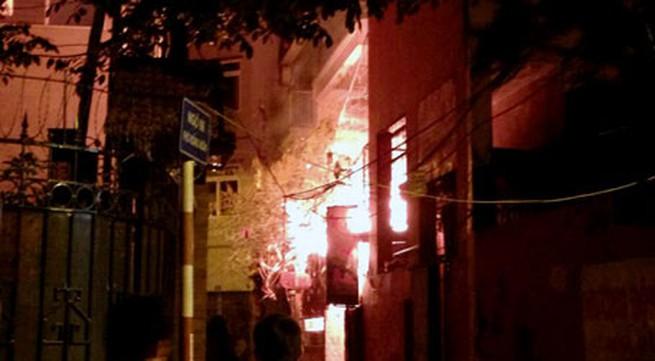 Nổ bình gas, quán ăn cháy lớn trong đêm ở Hà Nội