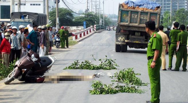 Chồng ôm xác vợ trẻ chết thảm dưới bánh xe ben