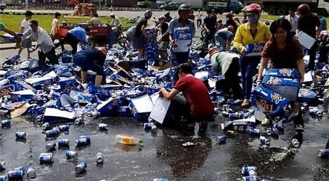 Người trót 'hôi của' xe bia lên tiếng xin lỗi
