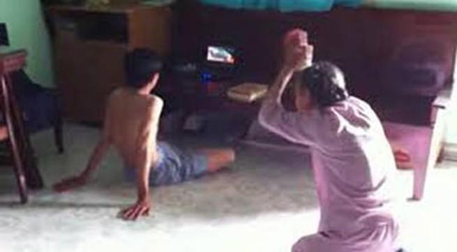 Clip mẹ già vái lạy: Người con trai là giáo viên