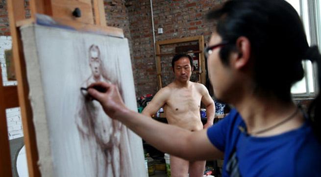 Lão nông làm mẫu nude để kiếm tiền trị bệnh cho con