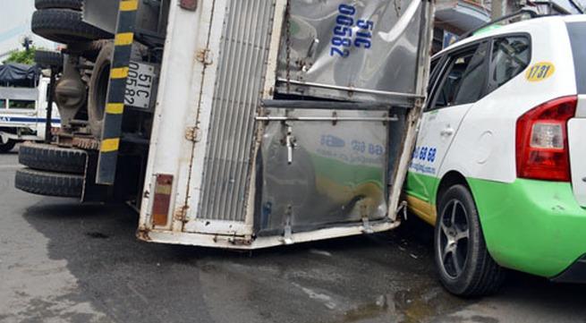 Hàng chục người cứu bà lão bị xe tải đè