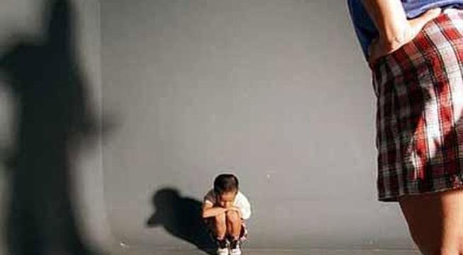 Bé 2 tuổi cha ruột hành hung tới chết