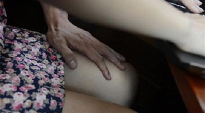 Chồng bắt trói, tấn công, lột trần kẻ quấy rối tình dục vợ