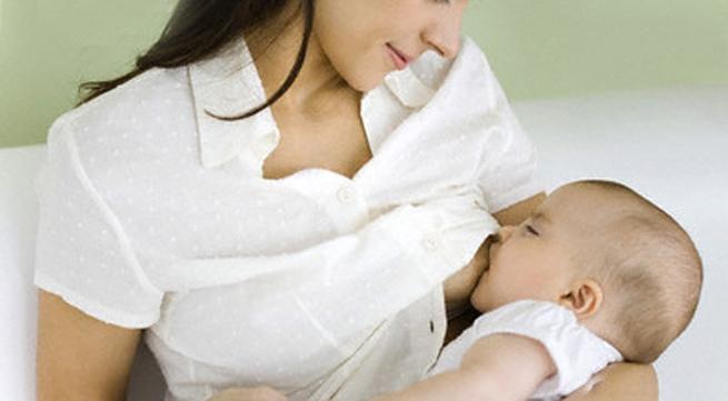 Mẹ chồng cấm không cho con tôi bú sữa mẹ vì sợ nhiễm HIV