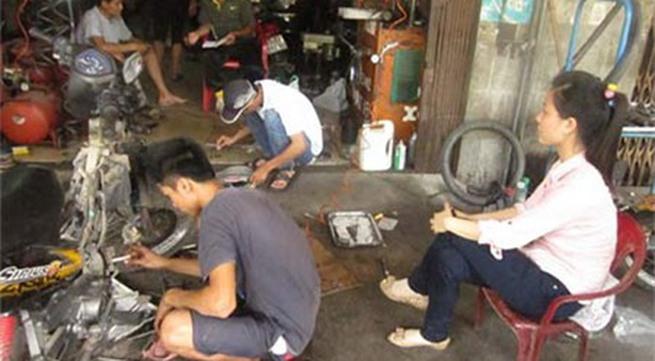 Hàng trăm xe máy đồng loạt hỏng sau khi đổ xăng