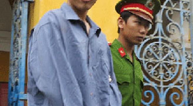Nghịch tử giết cha vẫn cười khi tòa tuyên án