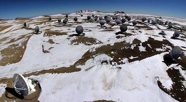Ngắm tuyết rơi cực lạ trên sa mạc khô cằn nhất thế giới