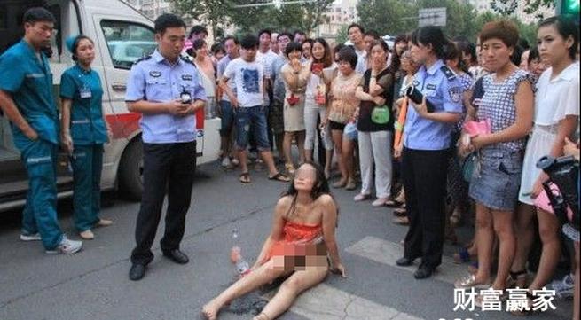 Cô gái khỏa thân ngồi giữa đường cãi nhau với CSGT