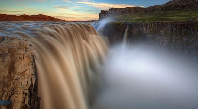 """Vẻ đẹp """"mê hồn"""" của thác nước 'dữ dội' nhất châu Âu"""