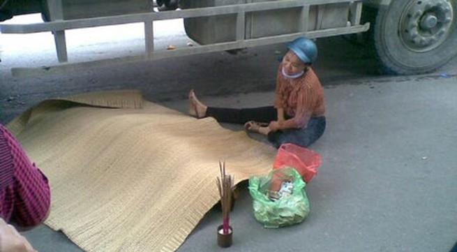 Cô gái đi xe đạp chết thảm dưới gầm xe tải
