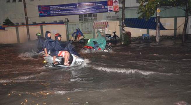 TPHCM bị ngập khủng khiếp sau trận mưa và triều cường