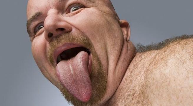 Người đàn ông có chiếc lưỡi dài và to nhất thế giới