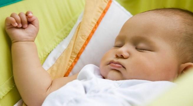 Điều mẹ nên tránh khi bé thức giấc lúc nửa đêm