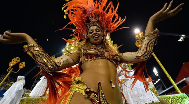Vũ công samba nóng bỏng trong lễ hội hóa trang