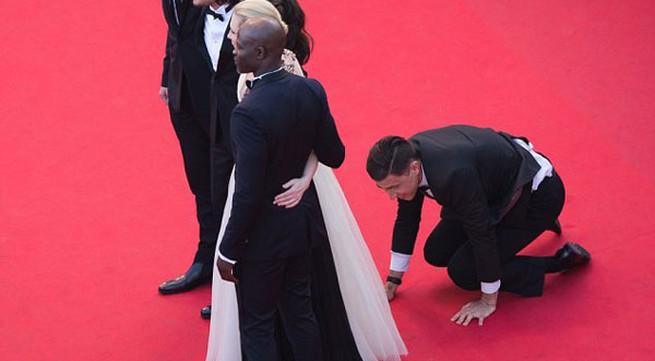 Nhà báo gây sốc khi chui vào váy ngôi sao 'Cô gái xấu xí'