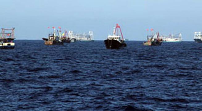 Tàu cảnh sát biển Việt Nam hỗ trợ ngư dân đánh cá khu vực giàn khoan 981