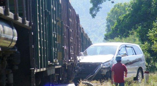 Tàu hỏa tông, 3 người đi ô tô thoát chết may mắn
