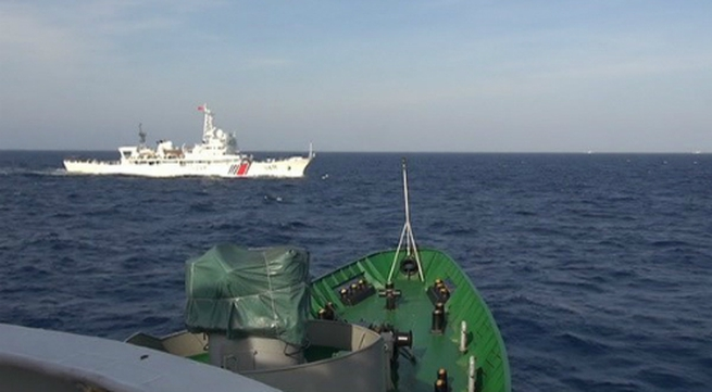 Tàu Trung Quốc cắt ngang đội hình cảnh sát biển