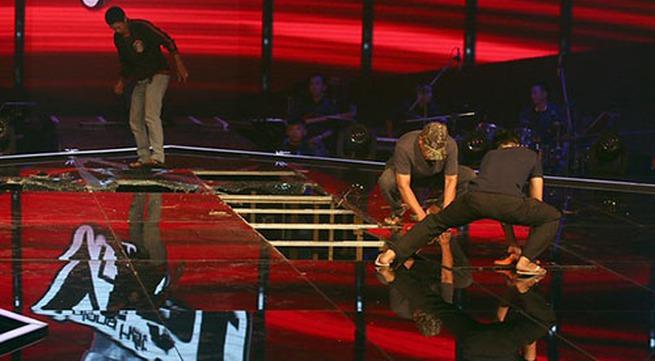 Sàn kính sân khấu của Giọng hát Việt nhí bị vỡ do sốc nhiệt