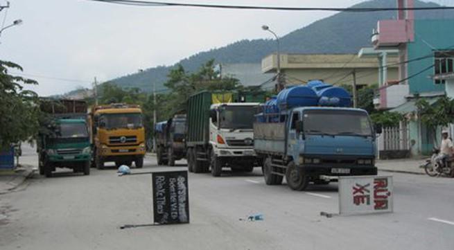 Người dân chặn hàng trăm xe gây ô nhiễm