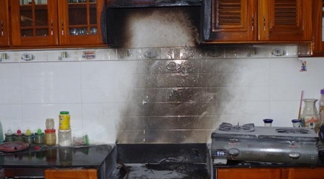 Bật bếp gas nấu ăn bất ngờ lửa bốc cháy dữ dội