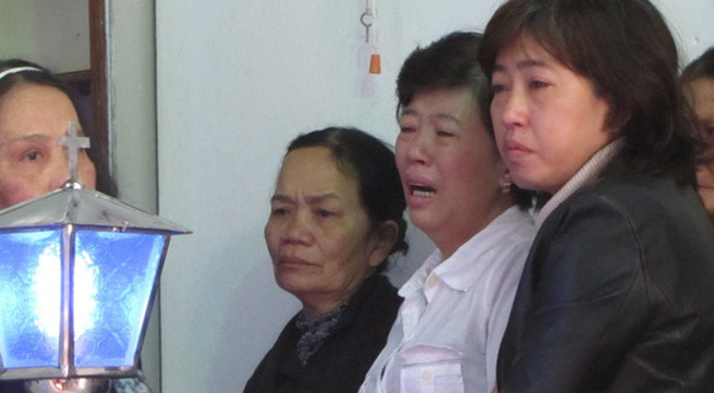 Mẹ thiếu nữ bị thiêu sống khóc ngất khi nhìn di ảnh của con