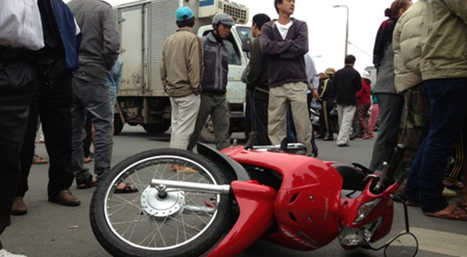 Đau lòng xe tải đông lạnh húc chết người vợ, chồng và con bị thương nặng
