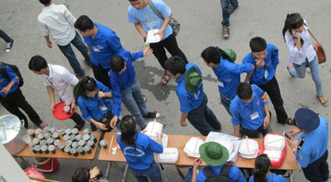 Hà Nội: Cơm chay miễn phí ấm lòng sĩ tử