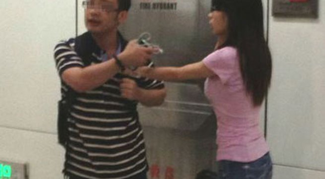 Bị bắt vì cởi áo ngực phụ nữ trên tàu điện ngầm