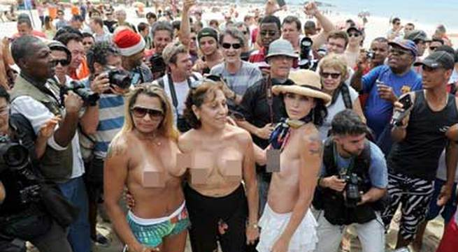 """Biểu tình """"thả rông"""" vòng 1 phản đối luật cấm ngực trần"""