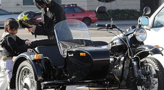 Pax Thiên lượn phố trên xe xít-đờ-ca với bố