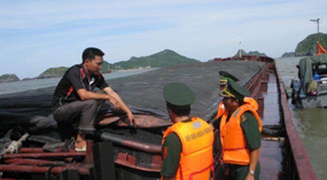 Bắt giữ tàu chở 1000 tấn than lậu