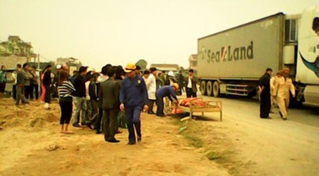 Đang làm đường, một công nhân bị xe container đâm chết