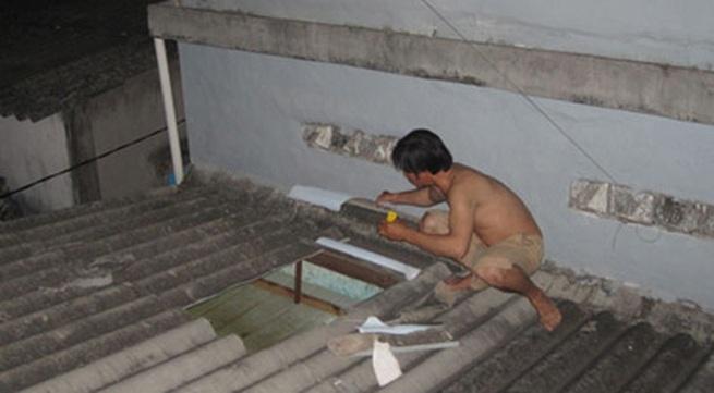 """Hoang mang """"người nhện"""" leo mái nhà, cướp của, hiếp dâm"""