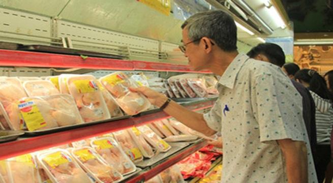 Gà trong siêu thị giảm giá vẫn đắt