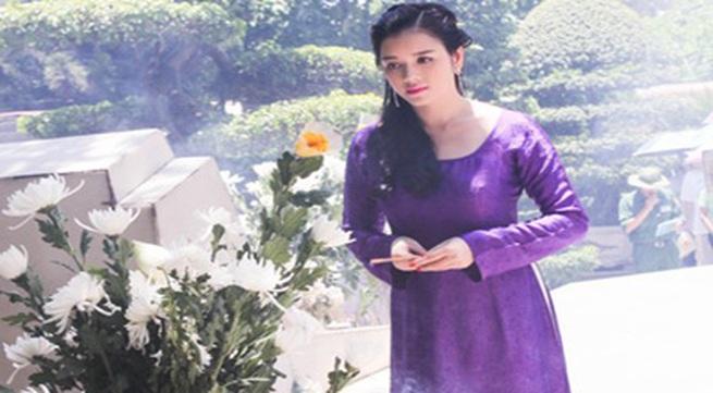 Lý Nhã Kỳ rưng rưng trước mộ các nữ chiến sĩ Ngã ba Đồng Lộc