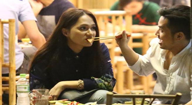 Hương Giang Idol và bạn trai đút cho nhau ăn ở quán vỉa hè