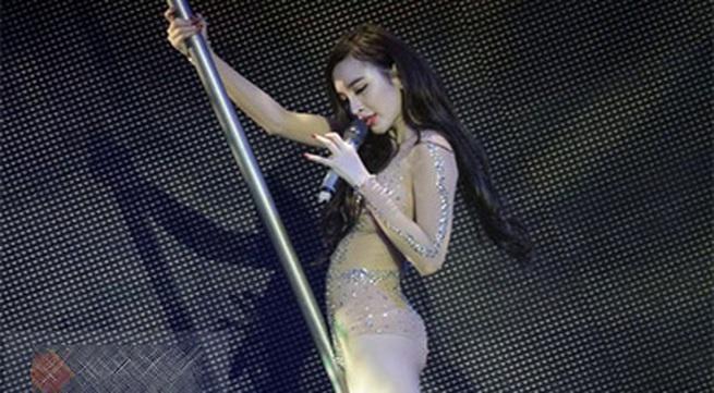 Angela Phương Trinh diện đồ như Can Lộ Lộ lên sân khấu