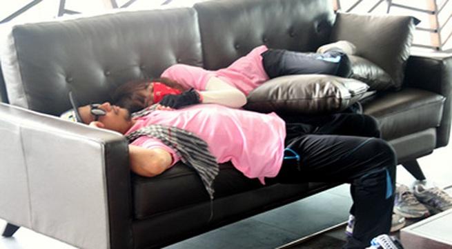 Bạn gái dễ thương ôm Tiến Đạt ngủ ngon lành trên ghế